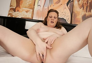Hot Mature Fingering Porn Pictures